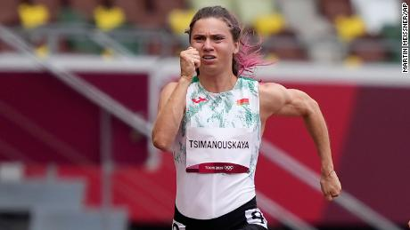 Kristina Tymanovskaya z Białorusi biega na 100 m kobiet na igrzyskach olimpijskich w Tokio 30 lipca.