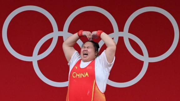 Li Wenwen ăn mừng trong cuộc thi cử tạ trên 87 kg nữ tại Thế vận hội Tokyo.