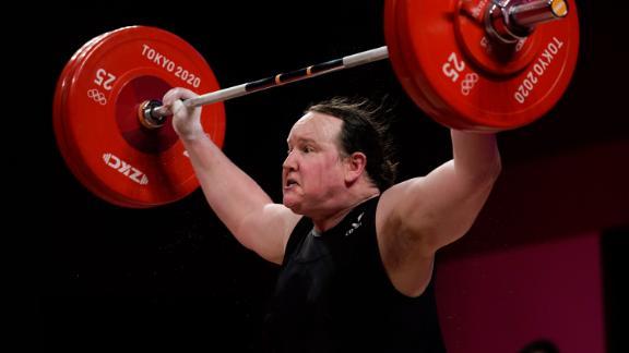 Laurel Hubbard thi chung kết cử tạ hạng trên 87 kg nữ.