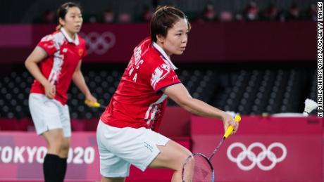 중국의 Chen Qingchen과 Jia Yifan이 2020 도쿄올림픽 여자 배드민턴 금메달 결정전에서 인도네시아의 Grecia Polly, Abrani Rahayu와 경기를 펼치고 있습니다.