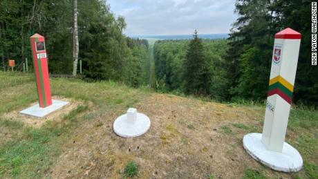 Des pierres frontalières marquent la ligne entre la Biélorussie et la Lituanie.