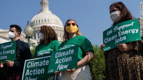 Des groupes écologistes prévoient une campagne de pression en faveur du climat pendant les vacances d'août