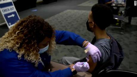 Mentre le persone affollano un sito di vaccinazione in Louisiana, un funzionario dice di essere ottimista sul fatto che la divulgazione stia funzionando