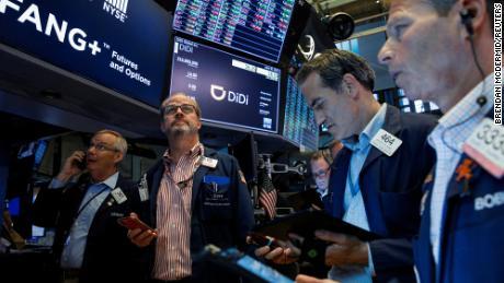 Les traders travaillent pendant l'introduction en bourse de la société chinoise de covoiturage Didi Global à la bourse de New York.