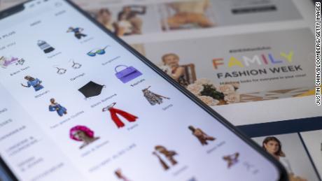 Une sélection de vêtements et d'accessoires Shein affichés sur son application à Hong Kong.
