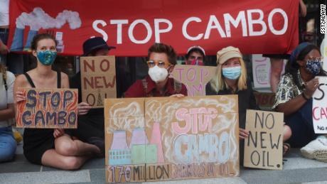 Des manifestants du champ pétrolifère de Cambo se rassemblent devant un bâtiment du gouvernement britannique à Édimbourg, en Écosse, le 19 juillet 2021.