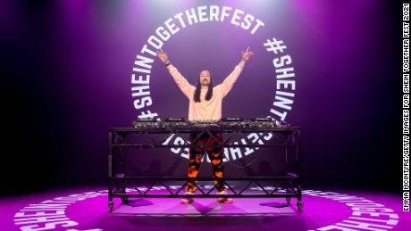 Steve Aoki sur scène lors d'un événement Shein à Los Angeles plus tôt cette année.