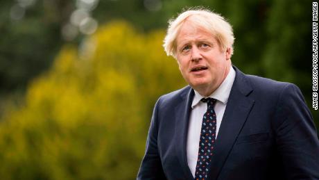 Il primo ministro britannico, Boris Johnson, saluta gli ufficiali durante la sua visita allo Scottish Police College di Tollyalan vicino a Kincardine, in Scozia, il 4 agosto 2021.