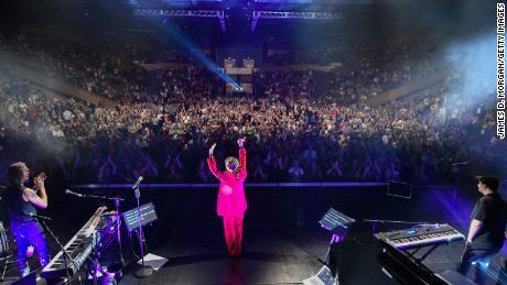 La cantante Tina Arena al termine del primo concerto del suo National Enchanté Tour il 2 maggio 2021 a Brisbane, in Australia.