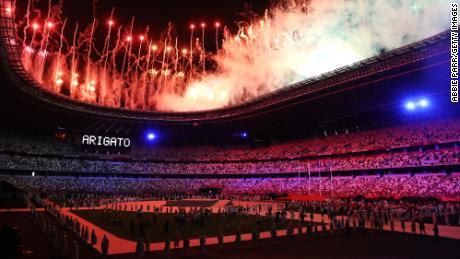 Des feux d'artifice sont allumés pour clôturer les Jeux Olympiques de Tokyo 2020 le 8 août.