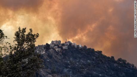 Il fumo si alza da un incendio boschivo nelle colline boscose della Cabilia il 10 agosto.