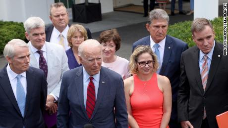 Tổng thống Joe Biden phát biểu bên ngoài Nhà Trắng với một nhóm thượng nghị sĩ lưỡng đảng sau cuộc họp về một thỏa thuận cơ sở hạ tầng vào tháng Sáu.