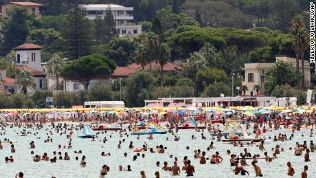 Menschen in Palermo, Sizilien, kühlen sich am Mittwoch auf See ab.