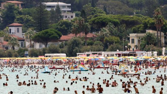 Οι άνθρωποι δροσίζονται στη θάλασσα στο Παλέρμο της Σικελίας, την Τετάρτη.