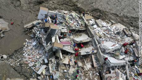 Zdjęcie z drona pokazuje operacje ratunkowe na zawalonym budynku po zalaniu w czwartek w dzielnicy Bozkurt w Kastamonu w Turcji.