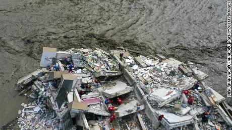 Une image de drone montre les opérations de sauvetage en cours après de fortes pluies qui ont provoqué des inondations dans le district de Bozkurt à Kastamonu, en Turquie.