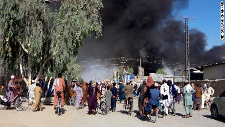 La fumée monte après les combats entre les talibans et le personnel de sécurité afghan à Kandahar jeudi.