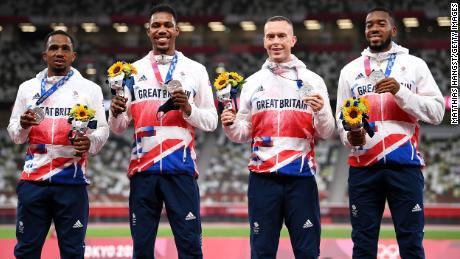 Atlet estafet GB 4x100m berpose dengan medali perak di Olimpiade Tokyo.