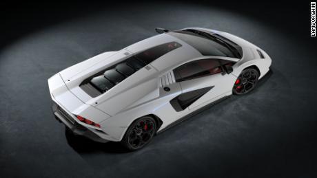 La zone de verre incrustée dans le toit de la nouvelle Lamborghini Countach a été inspirée par une découpe pour un périscope de rétroviseur qui était dans la version originale de la voiture.