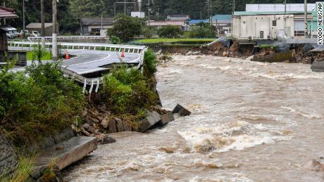 Une route endommagée par la crue de la rivière Suzuhari en raison de fortes pluies à Hiroshima, au Japon, le 13 août.