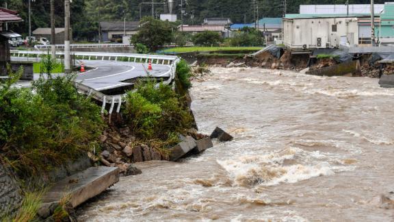 Eine Straße, die am 13. August in Hiroshima, Japan, durch den angeschwollenen Suzuhari-Fluss durch starken Regen beschädigt wurde.