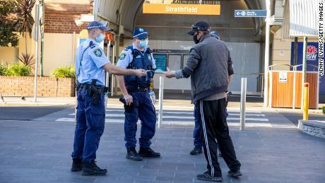 Visai šaliai uždarius, daugiau kariškių buvo išsiųsta vykdyti Sidnėjaus COVID apribojimų
