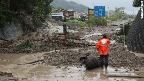 Un glissement de terrain causé par de fortes pluies a recouvert samedi une route à Otsu, dans la préfecture de Shiga.