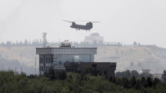 Ένα αμερικανικό ελικόπτερο Chinook πετάει κοντά στην αμερικανική πρεσβεία στην Καμπούλ την Κυριακή κατά τη διάρκεια μιας επιχείρησης εκκένωσης του προσωπικού της πρεσβείας.