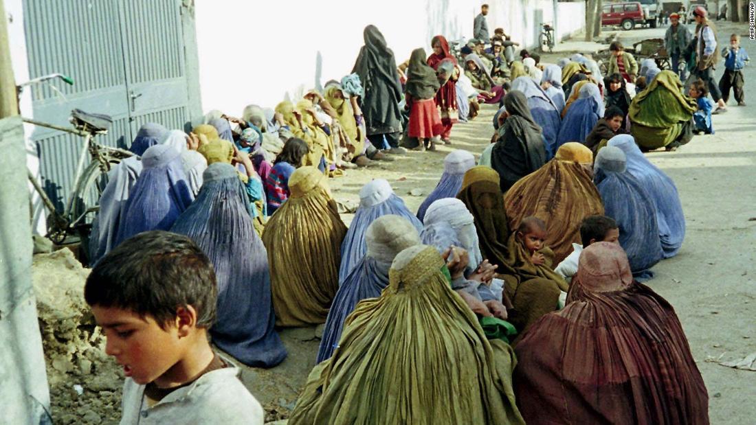 Las mujeres se apiñan frente a las oficinas de la ONU en Kabul en busca de ayuda en enero de 1999.