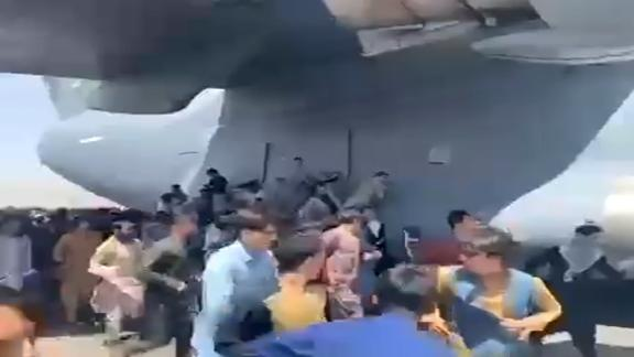 Image for Chaos at the airport as Afghans try to flee the Taliban