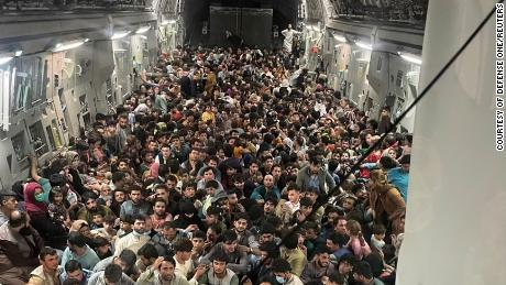 2021年8月15日、アフガニスタンカブールで、カタールに向かう飛行機の中で、米空軍C-17グローブマスターIII輸送機内部のピザが集まっています。 空軍は金曜日の飛行機に記録的な823人が搭乗した明らかにした。