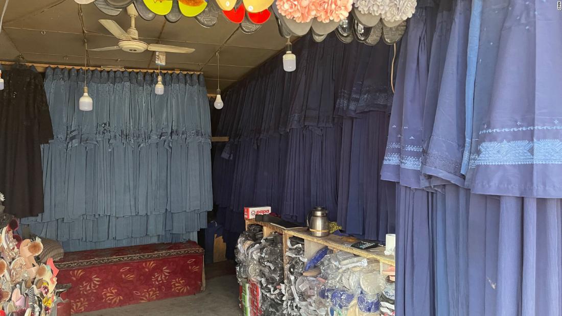 Burkas cuelgan en un mercado de Kabul el 31 de julio. El precio se ha disparado debido a que las mujeres se apresuran a cubrirse para evitar atraer a los militantes '  atención.