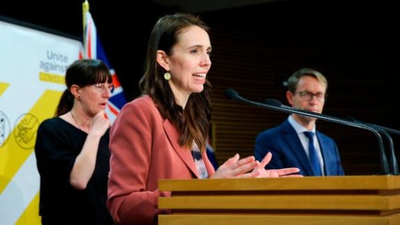 Le Premier ministre Jacinda Ardern s'adresse aux médias lors d'une conférence de presse au Parlement