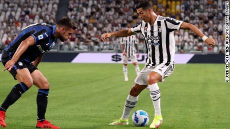 Ronaldo juega durante el partido amistoso de pretemporada entre la Juventus y el Atalanta en Turín, Italia.