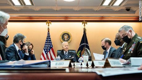 Σε αυτή τη φωτογραφία που κυκλοφόρησε από τον Λευκό Οίκο, ο πρόεδρος των ΗΠΑ Τζο Μπάιντεν και η αντιπρόεδρος Καμάλα Χάρις ενημερώνονται από την ομάδα εθνικής ασφάλειας για την εξελισσόμενη κατάσταση στο Αφγανιστάν την Τετάρτη, Αυγούστου.