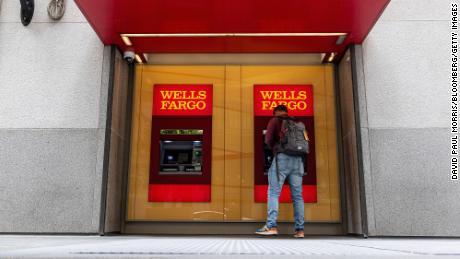 Đối mặt với phản ứng dữ dội, Wells Fargo cho phép một số khách hàng giữ hạn mức tín dụng của họ