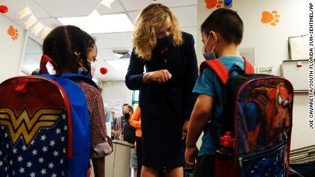 La superintendente interina de las escuelas del condado de Broward, la Dra. Vickie L. Cartwright, saluda a los estudiantes el miércoles 16 de agosto de 2021 en la escuela primaria North Lauderdale.