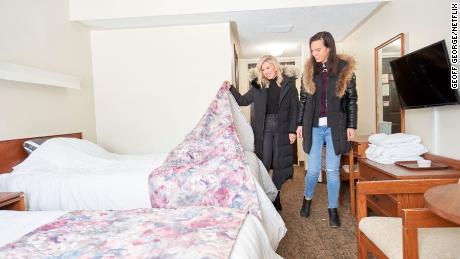 """April Brown et Sarah Sklash de """"Motel Makeover"""" évaluer le travail à venir dans un épisode de l'émission Netflix."""