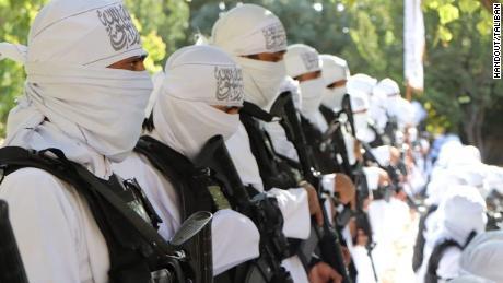 Taliban đã công bố một loạt các bức ảnh chụp các máy bay chiến đấu của họ tại một cuộc diễu hành Ngày Độc lập với vũ khí tấn công của Mỹ.