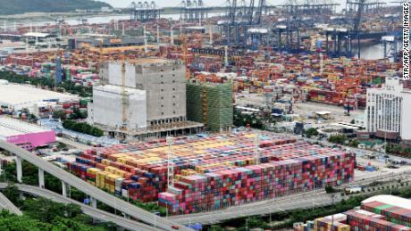 Container accatastati al porto di Yantian il 22 giugno a Shenzhen, in Cina.