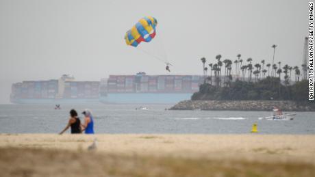 Le navi portacontainer si trovano nell'Oceano Pacifico fuori dal porto di Long Beach, in California, l'11 agosto 2021.