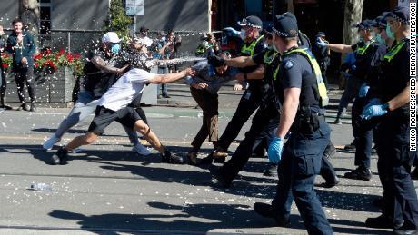 Policija purškia pipirų pipirus ant protestuotojų Melburne.
