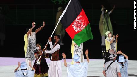 Les porte-drapeaux de l'équipe Afghanistan lors de la cérémonie d'ouverture des Jeux Olympiques de Tokyo 2020.