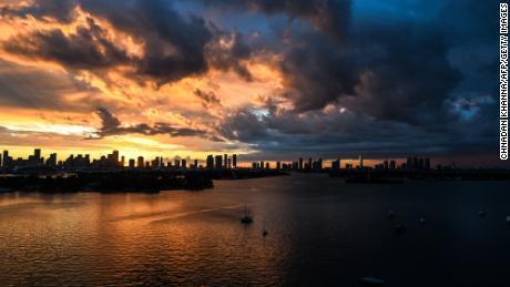 Miami a été sur le chemin de nombreux ouragans, mais les gens continuent de s'y déplacer.