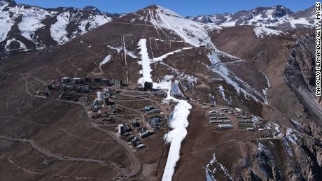 El Colorado Ski Resort mit größtenteils geschmolzenem Schnee mitten im Winter 2021 in Santiago, Chile.