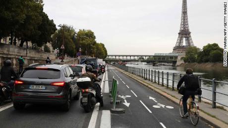 Um ciclista atravessa engarrafamentos ao longo do Sena, em Paris.