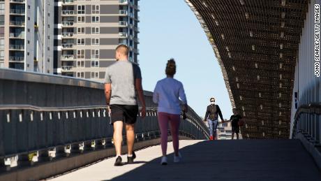8월 4일 호주 브리즈번에서 지역 주민들이 다리를 건너고 있습니다.