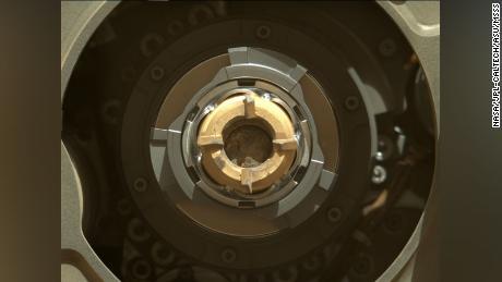 Cela montre le tube d'échantillon de persévérance avec son contenu de roche granuleuse à l'intérieur.