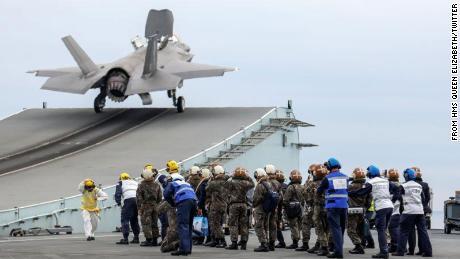 F-35가 이번 주 한국에서 훈련을 하는 동안 영국 항공모함 HMS 퀸 엘리자베스의 빙점 램프에서 이륙합니다.