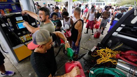 След урагана Ида хората чакат на опашка за газ във вторник.